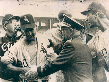 Joel Horlen is mobbed by teammates after his 1967 no-hitter (photo courtesy Leo Bauby collection).